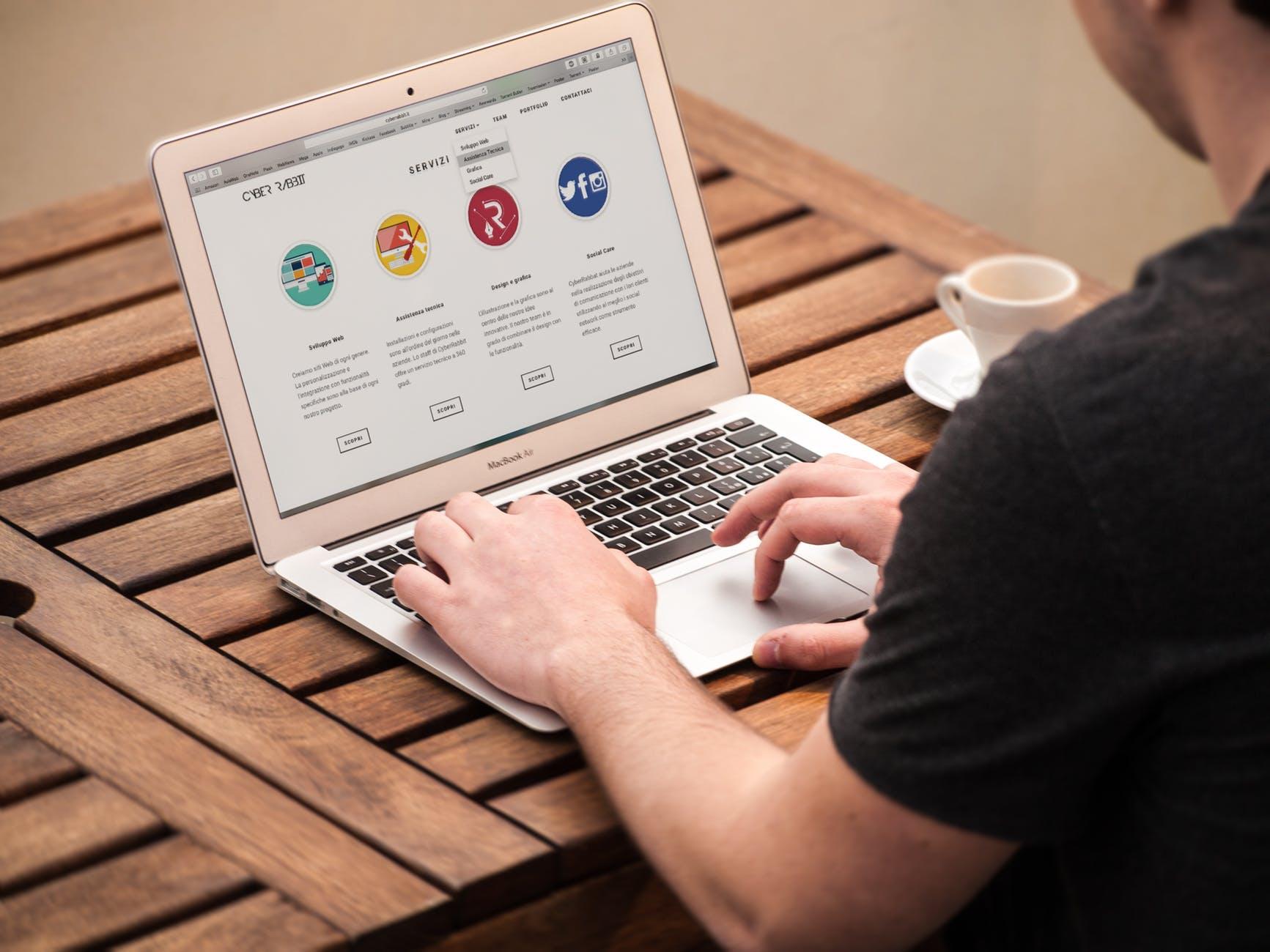 Computer Bildschirm mit offener Webseite, die ein Beispiel für organische Formen auf Webseiten zeigt