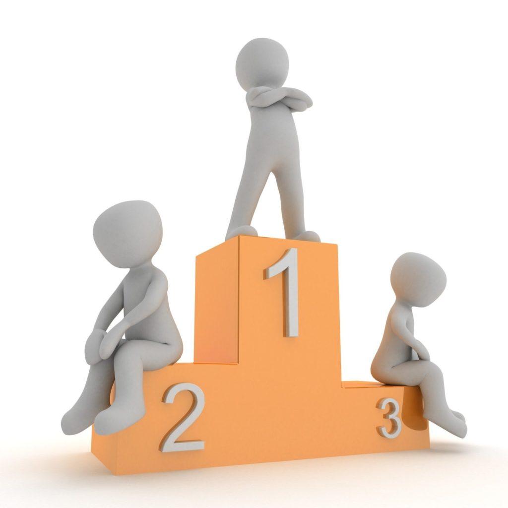 Podium mit zwei Verlierern und einem Gewinner auf dem ersten Platz